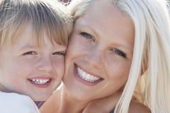 Mejilla feliz del muchacho y de la madre a la mejilla fotos de archivo libres de regalías