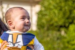 Mejillas que soplan de los labios penetrantes agradables del bebé Fotografía de archivo
