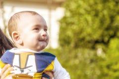 Mejillas que soplan de los labios penetrantes agradables del bebé Imagenes de archivo