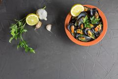 Mejillones apetitosos en un cuenco de la arcilla, un plato mediterráneo tradicional, copia-espacio fotografía de archivo