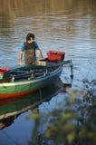 Mejillones de cogida del pescador en el lago de Ganzirri Fotografía de archivo