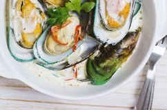 Mejillones de los crustáceos en salsa cremosa con el vino blanco y la pimienta de chile foto de archivo libre de regalías