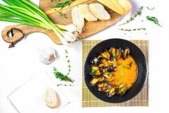 Mejillones deliciosos de los mariscos con la salsa roja y las cebollas verdes imagen de archivo