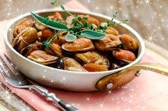 Mejillones en salsa de la crema y de ajo con las hierbas provencal Imagen de archivo libre de regalías