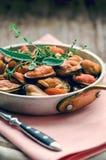 Mejillones en salsa de la crema y de ajo con las hierbas provencal Fotografía de archivo libre de regalías