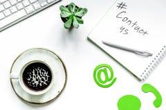 Mejl kontaktar oss begreppet med internetsymboler och kaffearbete de Royaltyfria Foton