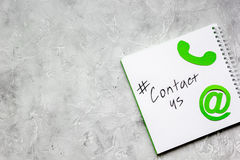 Mejl kontaktar oss begreppet med internetsymboler på modell för bästa sikt för arbetsskrivbordbakgrund Royaltyfri Fotografi