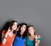 Mejor amigo de tres muchachas que mira para arriba al espacio en blanco Fotos de archivo libres de regalías