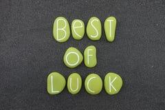 Mejor del texto de la suerte compuesto con las piedras coloreadas verdes sobre la arena volcánica negra stock de ilustración