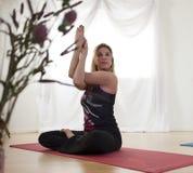 Mejora de flexibilidad del hombro con yoga Imagenes de archivo