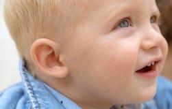 Mejora de saludes infantiles y de crecimiento illusytration con las nubes, el sol y el cochecillo Pequeño bebé en cuidado de día  fotografía de archivo