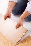 Mejoras para el hogar - instalación del suelo laminado Fotos de archivo