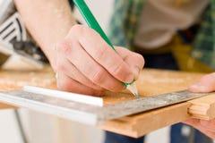 Mejoras para el hogar - la manitas prepara el suelo de madera Imagenes de archivo