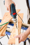 Mejoras para el hogar - madera de la perforación de la manitas imagenes de archivo