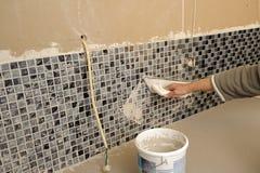 Mejoras para el hogar, mamposteando los azulejos Fotografía de archivo libre de regalías