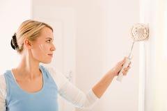 Mejoras para el hogar - pared handywoman de la pintura Fotografía de archivo libre de regalías