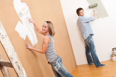 Mejoras para el hogar: Pared joven de la pintura de los pares fotografía de archivo