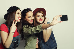 Mejores amigos de las muchachas del inconformista que toman el selfie Fotos de archivo