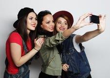 Mejores amigos de las muchachas del inconformista que toman el selfie Imagen de archivo libre de regalías