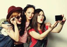 Mejores amigos de las muchachas del inconformista que toman el selfie Fotografía de archivo libre de regalías