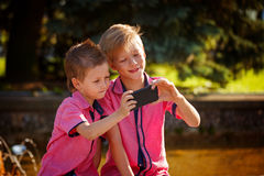 Mejores amigos Dos niños pequeños lindos que hacen el selfie y que hacen el funn Fotos de archivo