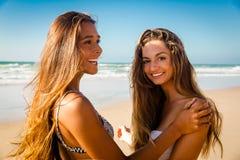 Mejores amigos en la playa Imagenes de archivo