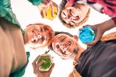 Mejores amigos en un círculo que sonríen así como los cócteles Imagen de archivo libre de regalías