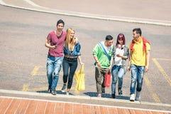 Mejores amigos felices que caminan y que hablan en el centro de ciudad Fotos de archivo libres de regalías