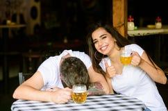 Mejores amigos o cerveza de la bebida del amante en pub El par en amor el fecha bebe la cerveza Ella conoce trucos cómo beber y p imagen de archivo