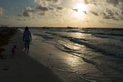 Mejores amigos que caminan en la playa Imagen de archivo