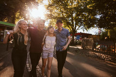 Mejores amigos que caminan junto en un parque Imágenes de archivo libres de regalías