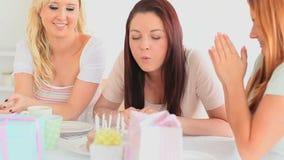 Mejores amigos que celebran un cumpleaños almacen de metraje de vídeo