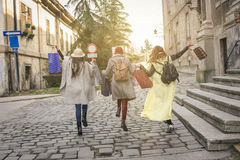 Mejores amigos que corren en la calle Hembras jovenes el mejor franco Foto de archivo libre de regalías