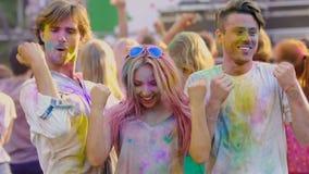 Mejores amigos que disfrutan del concierto, bailando como loco en el festival de Holi, muchedumbre feliz metrajes
