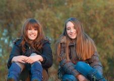Mejores amigos que gozan de cada otros compañía Foto de archivo libre de regalías