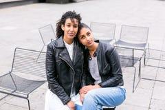 Mejores amigos que hablan y que se divierten en parque Fotos de archivo