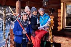 Mejores amigos que hacen el selfie en la cabaña de la montaña fotografía de archivo libre de regalías