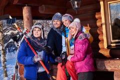 Mejores amigos que hacen el selfie en la cabaña de la montaña imagenes de archivo
