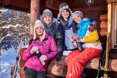 Mejores amigos que pasan vacaciones de invierno en la cabaña de la montaña imagen de archivo libre de regalías