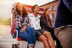 Mejores amigos que se divierten en el triciclo Foto de archivo libre de regalías