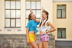 Mejores amigos que se divierten en parque Fotos de archivo libres de regalías