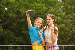 Mejores amigos que son fotografiados en parque Foto de archivo libre de regalías