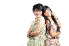 Mejores amigos que sonríen sobre el backgroun blanco Imágenes de archivo libres de regalías