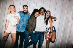 Mejores amigos que tienen un partido Fotos de archivo