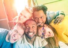 Mejores amigos que toman el selfie divertido al aire libre con la iluminación trasera Fotos de archivo libres de regalías