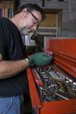 Mekaniker Cleaning en skiftnyckel Royaltyfri Foto
