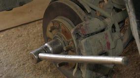 Mekaniker Dismantling Brake Disk av bilen lager videofilmer
