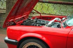 Mekaniker för bil för huv för bilkrasch öppen till kontrollvillkoret av skada arkivfoto