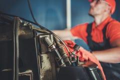 Mekaniker f?r konstruktionsutrustning royaltyfri fotografi