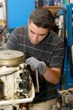 Mekaniker för ung man som reparerar motoriska fartyg royaltyfria bilder